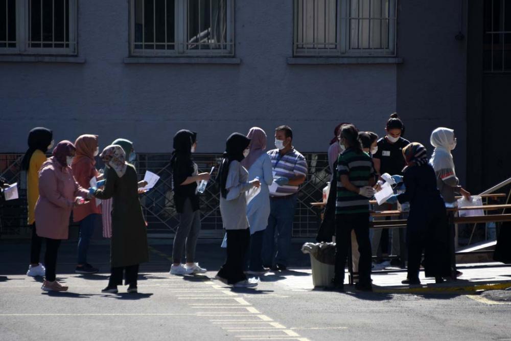 Konya'da öğrenciler sosyal mesafeye uydu, veliler ise hiçe saydı 9