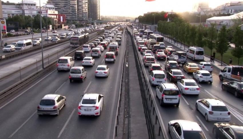 İstanbul'da kısıtlamanın sona ermesiyle trafikte yoğunluk başladı 1