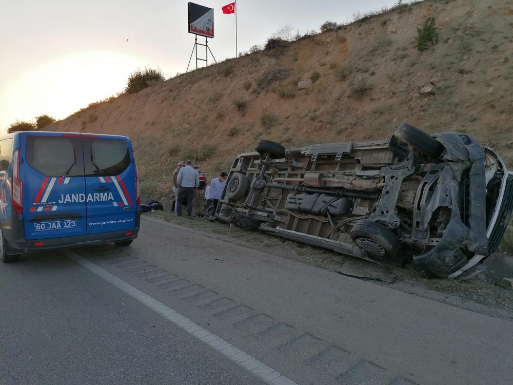 Yolcu minibüsü devrildi! Çok sayıda yaralı var 10