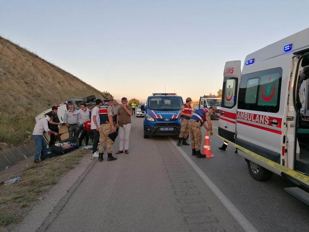 Yolcu minibüsü devrildi! Çok sayıda yaralı var 11