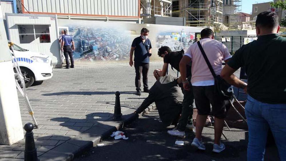 Beyoğlu'nda engelli adamı darp eden 2 kişi, çevredekilerden tekme tokat dayak yedi 2