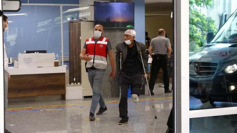 Beyoğlu'nda engelli adamı darp eden 2 kişi, çevredekilerden tekme tokat dayak yedi 4