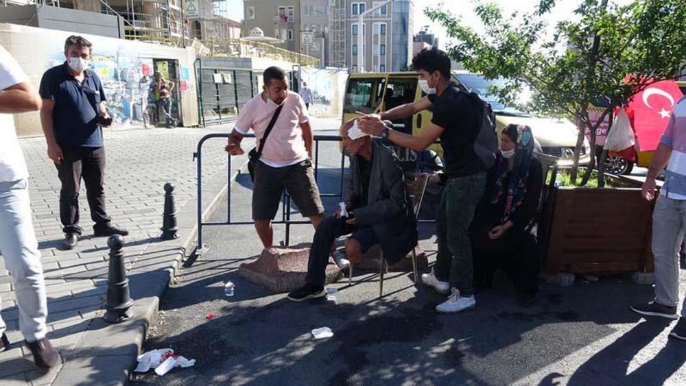 Beyoğlu'nda engelli adamı darp eden 2 kişi, çevredekilerden tekme tokat dayak yedi 9