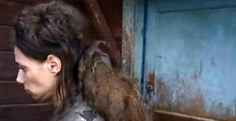 Duyanlar inanamadı! Kızını 26 yıldır kedi mamasıyla besleyip, 14 yıldır hiç banyo yaptırmamış 2