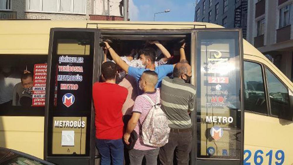 İstanbul'da akıl almaz görüntüler! Araçlardan sarkarak yolculuk yaptılar 1
