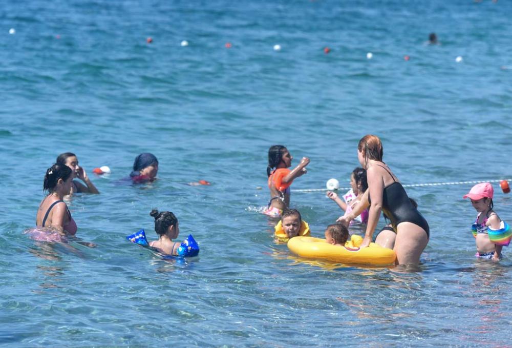 Antalya'da vatandaşlar sahile akın etti! Mesafe ve maske yok sayıldı 3