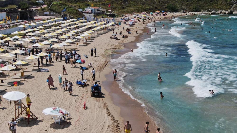 Şile plajları doldu taştı! Vatandaşlara sosyal mesafe ve maske uyarısı yapıldı 4