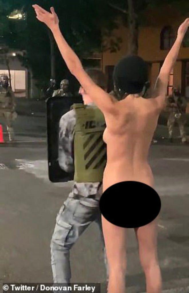 ABD'de gösterici kadın, çıplak şekilde yola oturdu! Polisler ne yapacağını şaşırdı 4