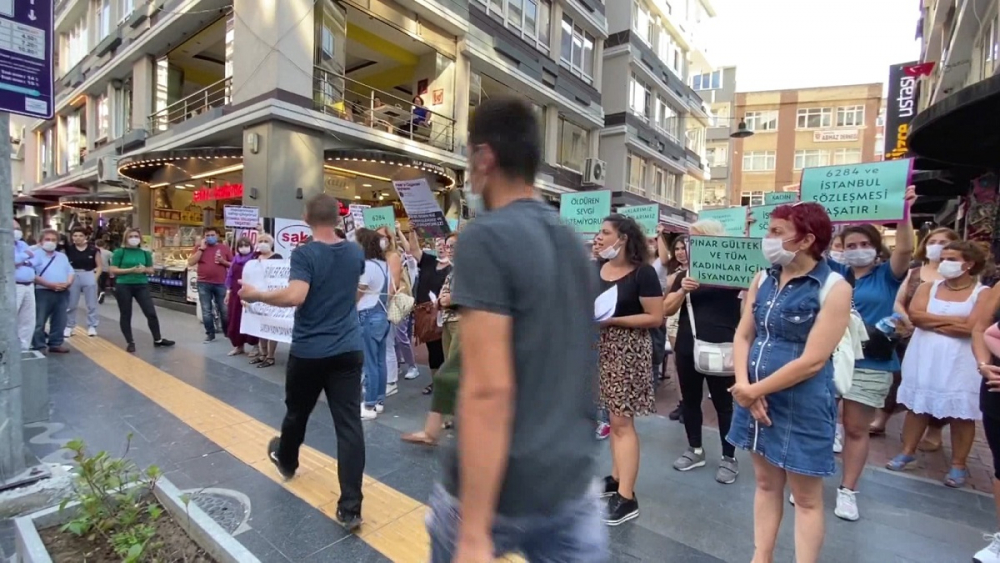 Pınar Gültekin cinayetini protesto eden kadınlara laf atan adama vatandaşlardan tepki 1