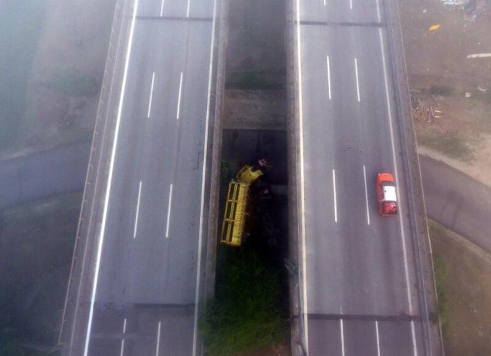 Sabah saatlerinde feci kaza! Biber yüklü TIR köprüden uçtu 1