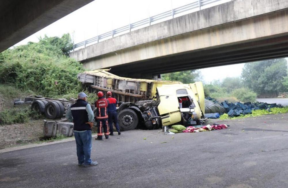 Sabah saatlerinde feci kaza! Biber yüklü TIR köprüden uçtu 7