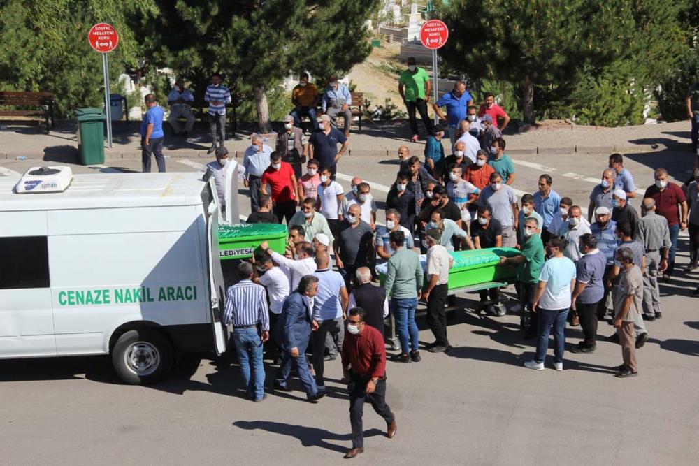 Sivas'ta yürek yakan görüntüler! Aynı aileden 4 kişi toprağa verildi 1