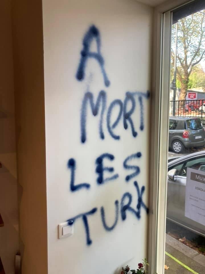 Türklere ait dükkana 2 ırkçı saldırı! Fransa'da Türk düşmanlığı giderek artıyor 1