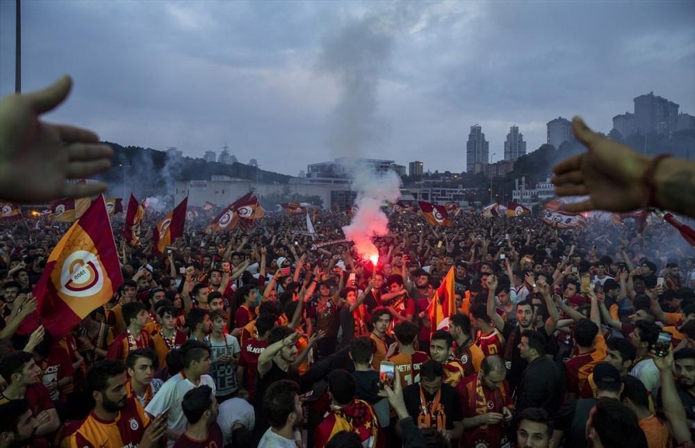 Galatasaray 2017- 2018 Yılı şampiyonu oldu, taraftarlar sabaha kadar uyumadı 1