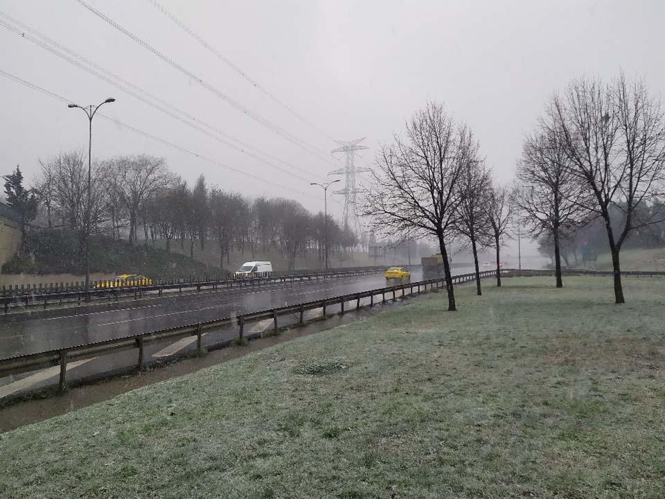 İstanbul'da kar yağışı etkisini göstermeye başladı 1