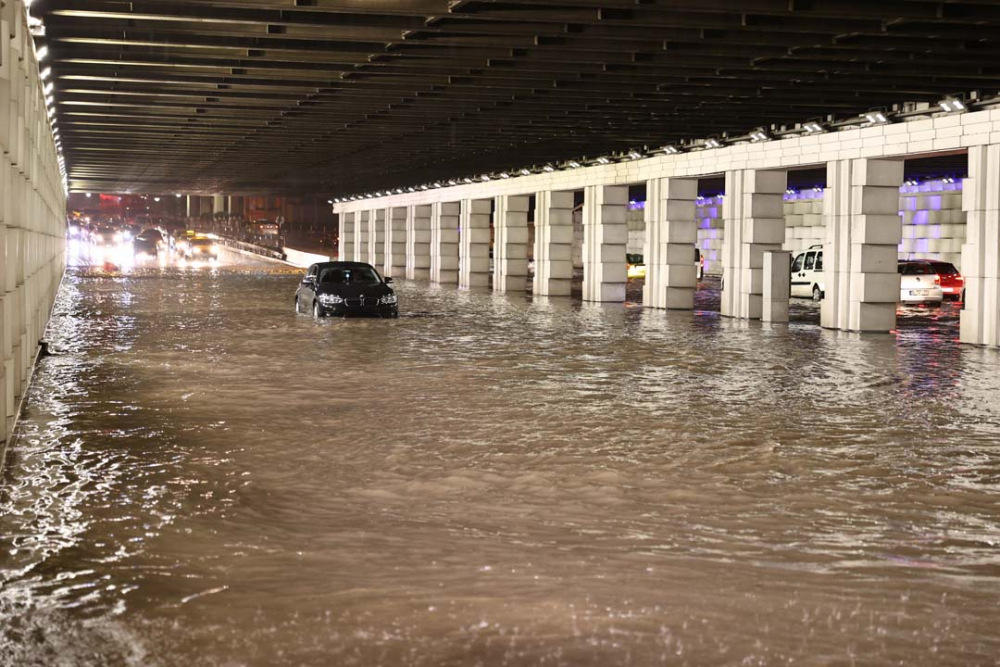 İzmir'de sağanak yağış hayatı felç etti! Evleri ve işyerlerini su bastı, araçlar su altında kaldı 1