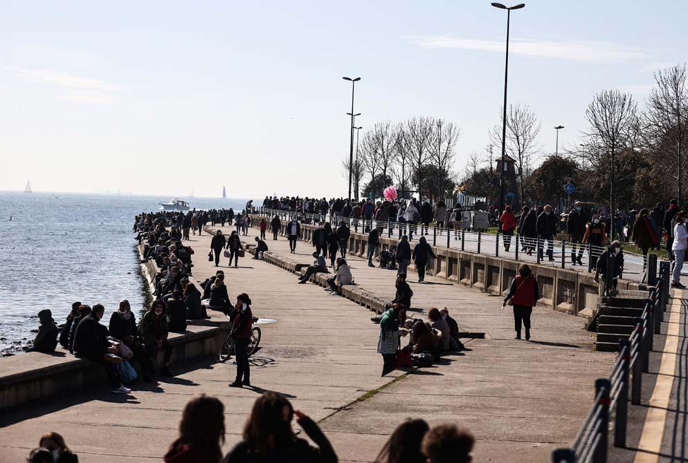 Kısıtlamasız ikinci cumartesi gününde İstanbullular sokağa döküldü: Sahillerde iğne at yere düşmez dedirten görüntüler! 1