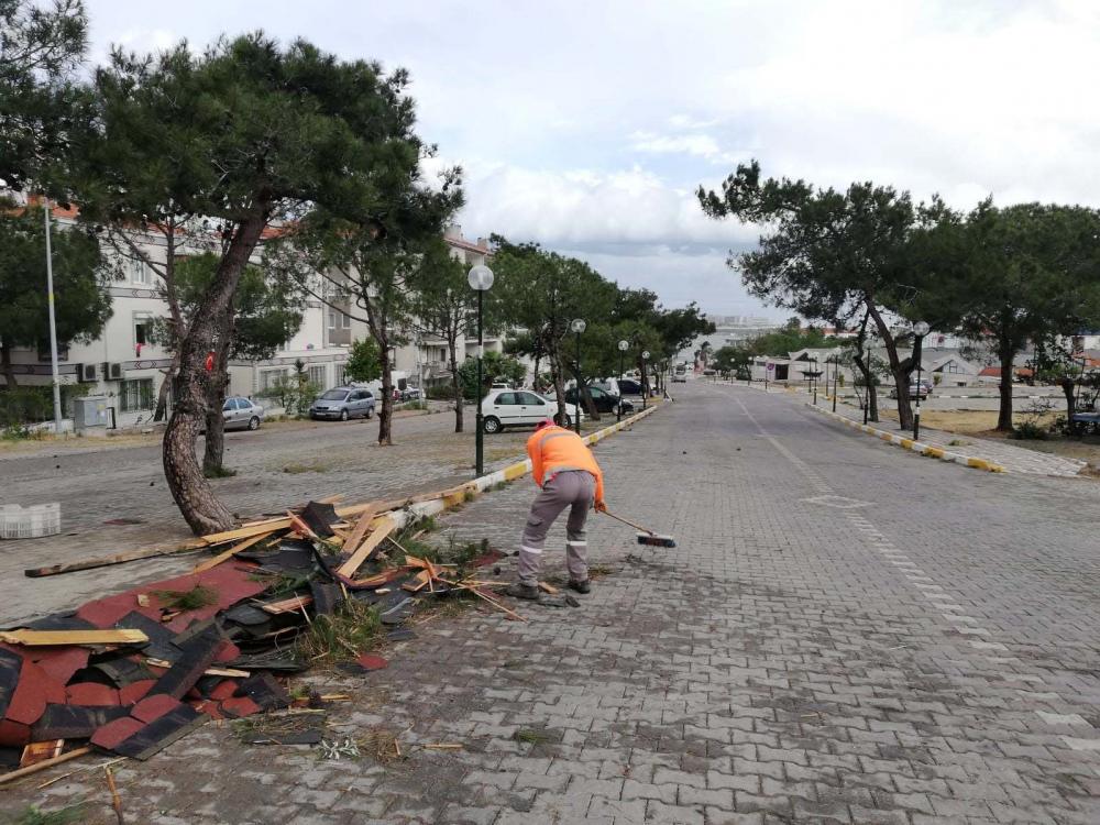 Balıkesir Ayvalık'ı şiddetli fırtına vurdu: Çatılar uçtu, tekneler battı 2