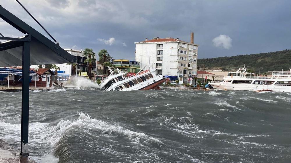 Balıkesir Ayvalık'ı şiddetli fırtına vurdu: Çatılar uçtu, tekneler battı 5