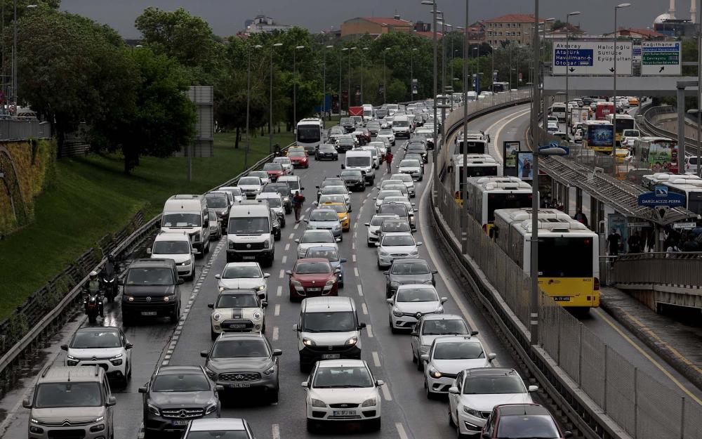 Sokağa çıkma kısıtlaması öncesi İstanbul'da trafik yoğunluğu yaşanıyor 12
