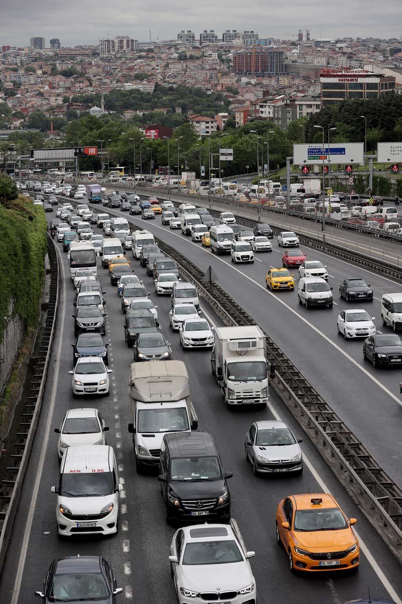 Sokağa çıkma kısıtlaması öncesi İstanbul'da trafik yoğunluğu yaşanıyor 5