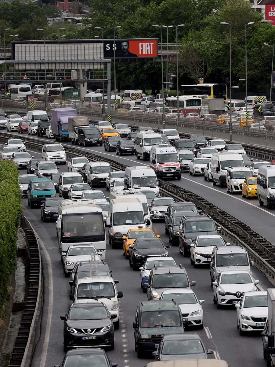 Sokağa çıkma kısıtlaması öncesi İstanbul'da trafik yoğunluğu yaşanıyor 7
