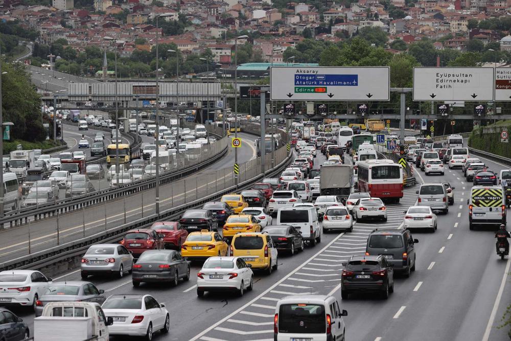 Sokağa çıkma kısıtlaması öncesi İstanbul'da trafik yoğunluğu yaşanıyor 8