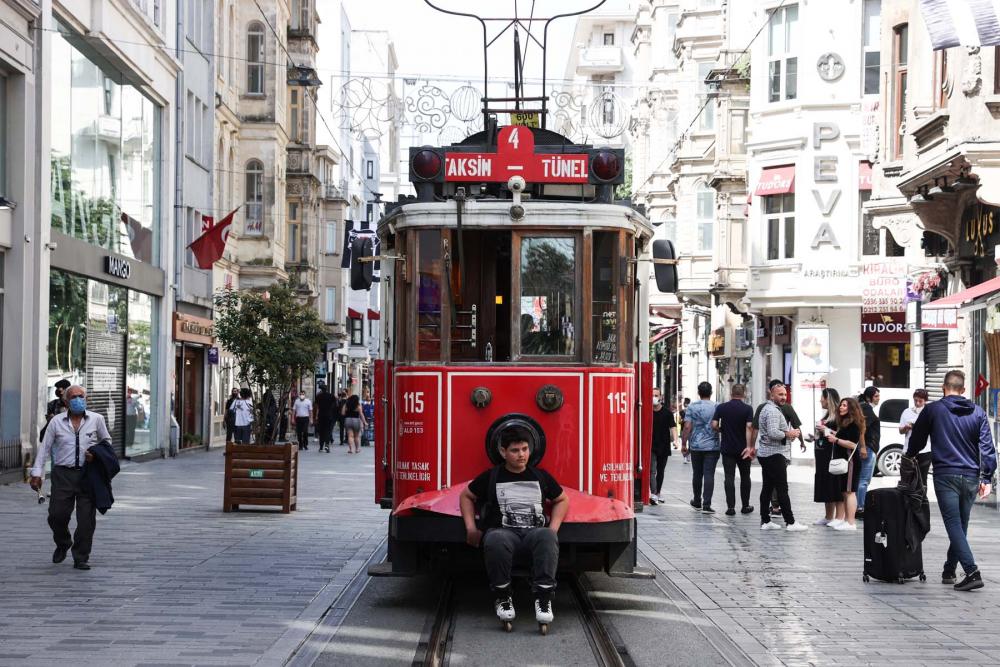 Sokağa çıkma kısıtlaması bitti, İstanbullular İstiklal Caddesine akın etti 1