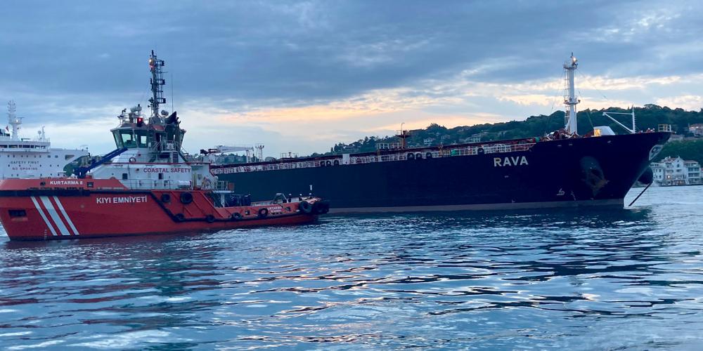 Ham petrol taşıyan tanker kıyıya sürüklendi! Boğaz, çift yönlü olarak gemi trafiğine kapatıldı 2