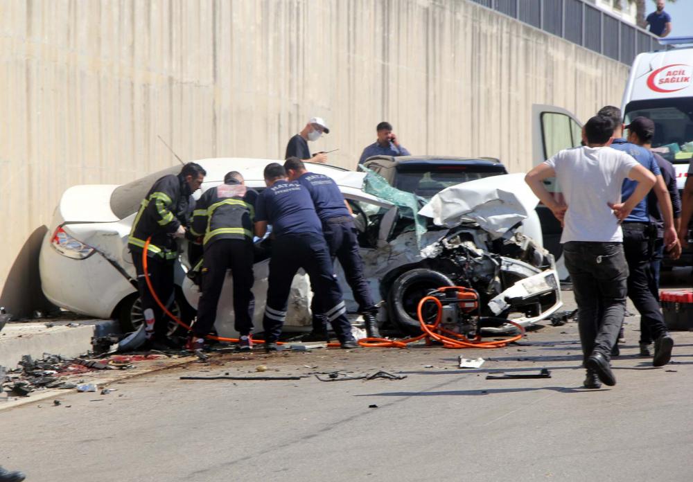 Hatay'da can pazarı! İki araç kafa kafaya çarpıştı: 3 ölü, 4 yaralı 1