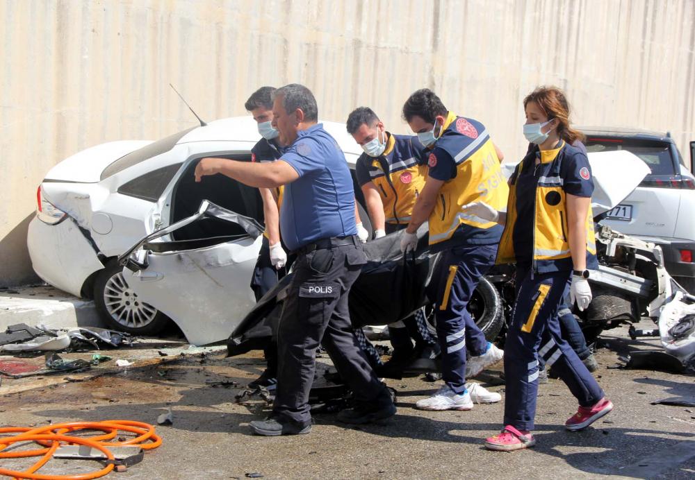 Hatay'da can pazarı! İki araç kafa kafaya çarpıştı: 3 ölü, 4 yaralı 6