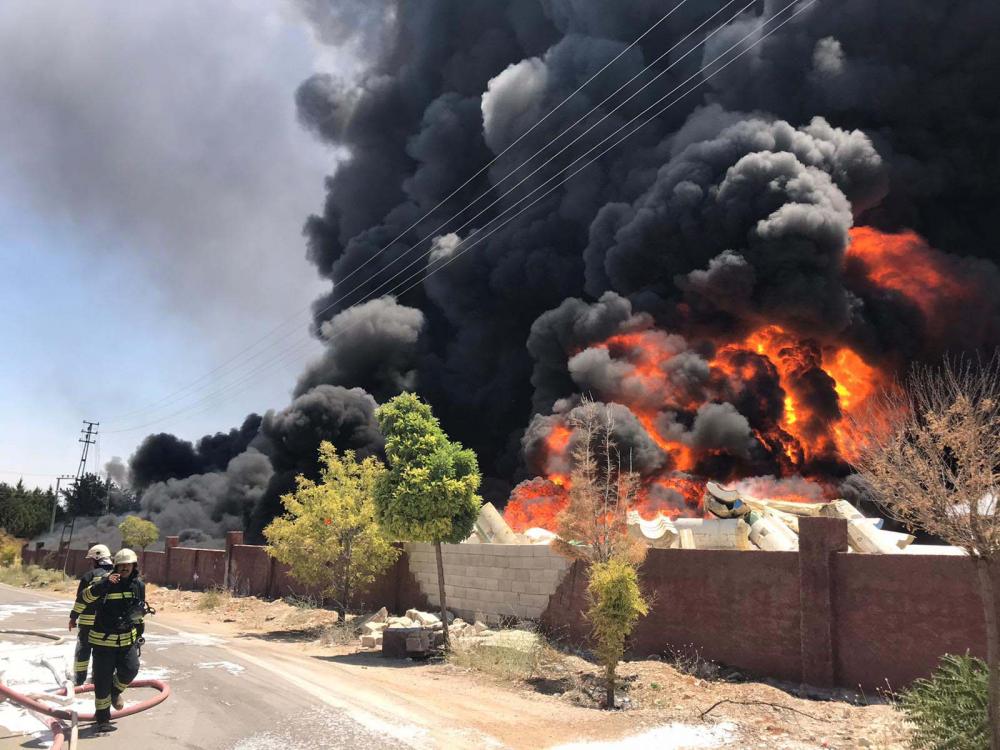 Gaziantep'te depo alev alev yanıyor! Patlama sesi duyuldu, dumanlar gökyüzünü kapladı 1