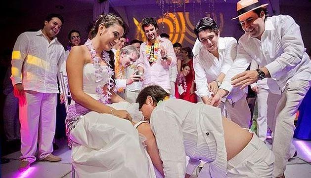 Gelin ve damat düğünün ortasında cinsel ilişkiye giriyor! İşte birbirinden ilginç adetler... 1
