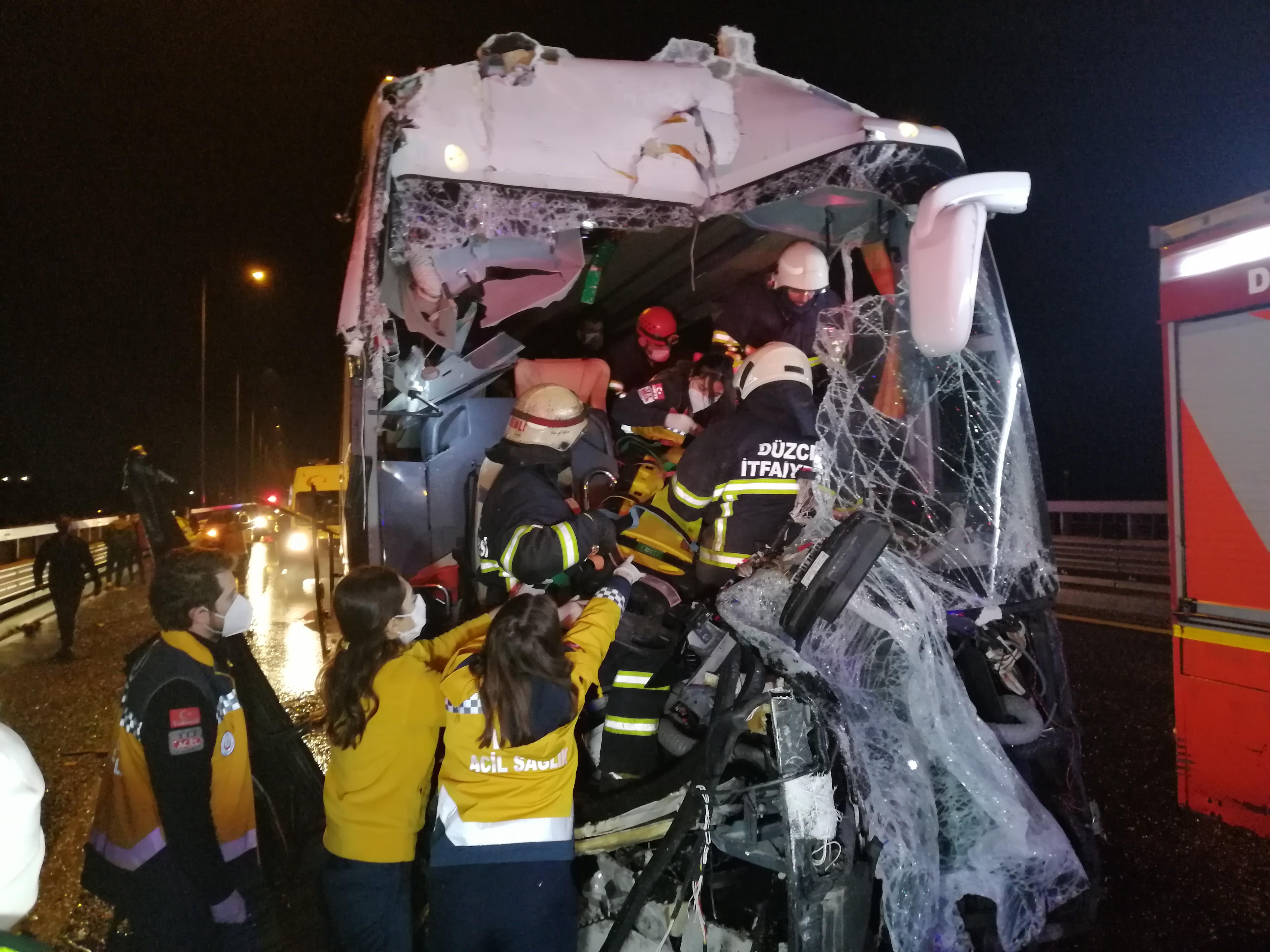 Düzce'de can pazarı! Yolcu otobüsü kamyonete arkadan çarptı: 1'i ağır 16 yaralı