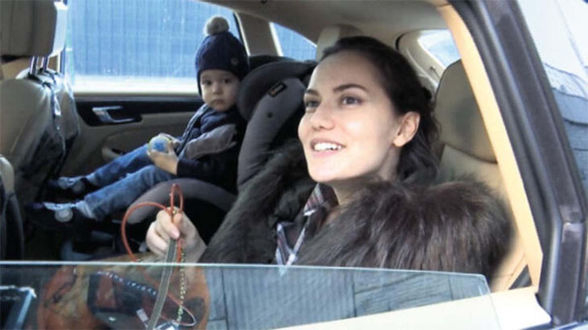 Ünlü oyuncu Fahriye Evcen oğlunu okula götürdü!