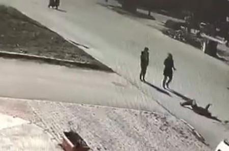 Genç kıza çarpan ve yoluna devam eden sürücüyü çevredeki vatandaşlar durdurdu!