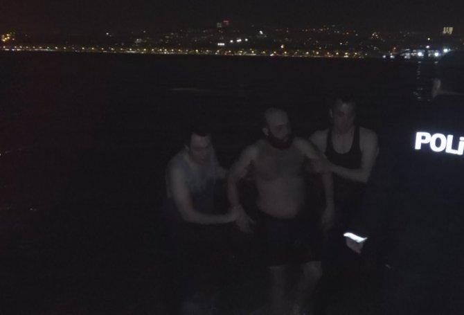 Polise yakalanmamak için denize atladı