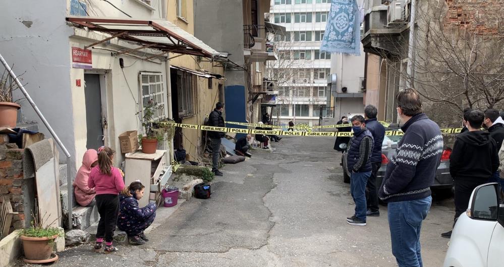 Yaşlı adam Beyoğlu'ndaki evinde kendini astı