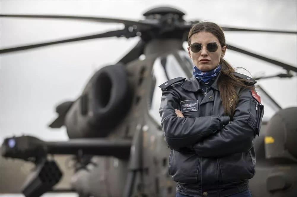 İlk kadın taarruz helikopter pilotu! Milli gururumuz Özge Karabulut Atak helikopterinin kokpitinde!