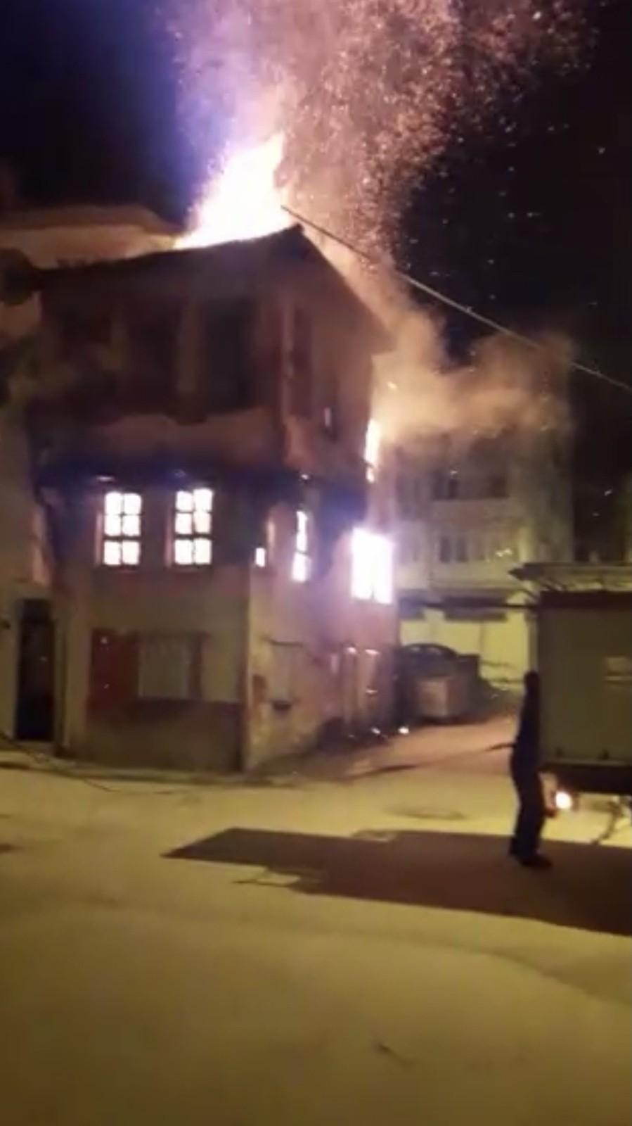Bursa'da 100 yıllık tarihi bina yanarak küle döndü!