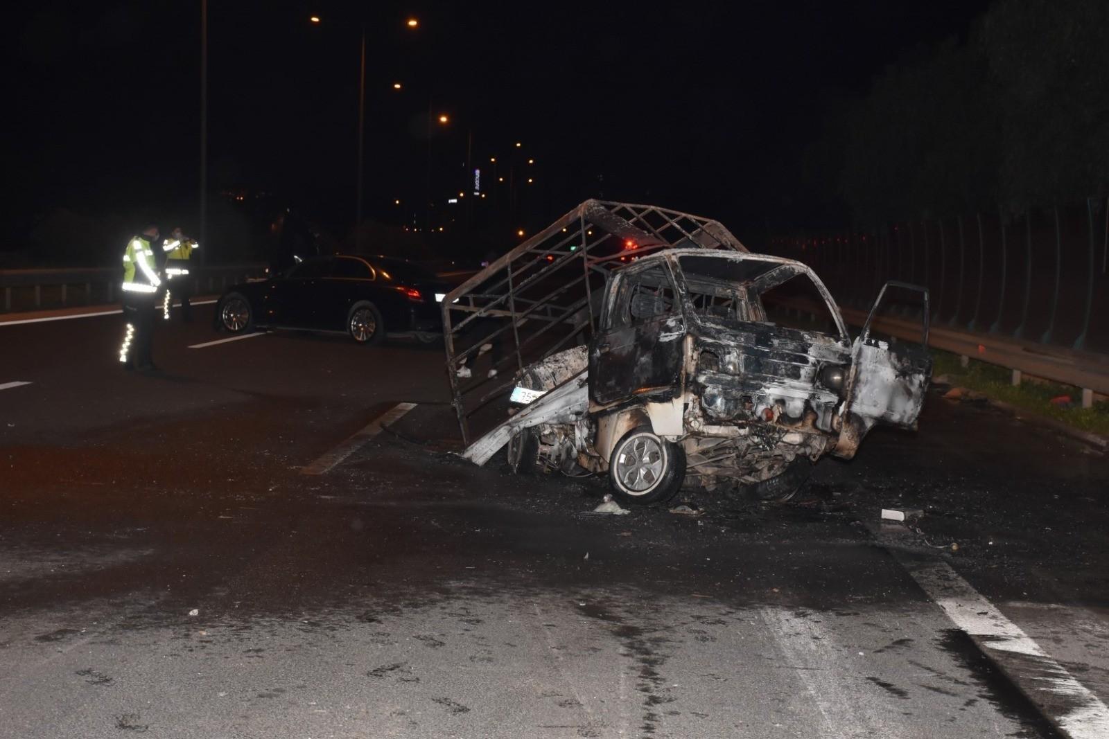 Çarpmanın etkisiyle alev aldı! Otomobilin çarpmasıyla alev alan kamyonet sürücüsü ağır yaralandı