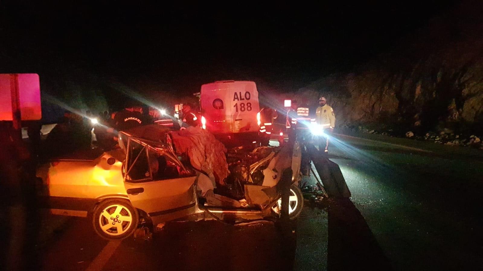 Antalya'da meydana gelen trafik kazasında 2 kişi hayatını kaybederken 2 kişi yaralandı