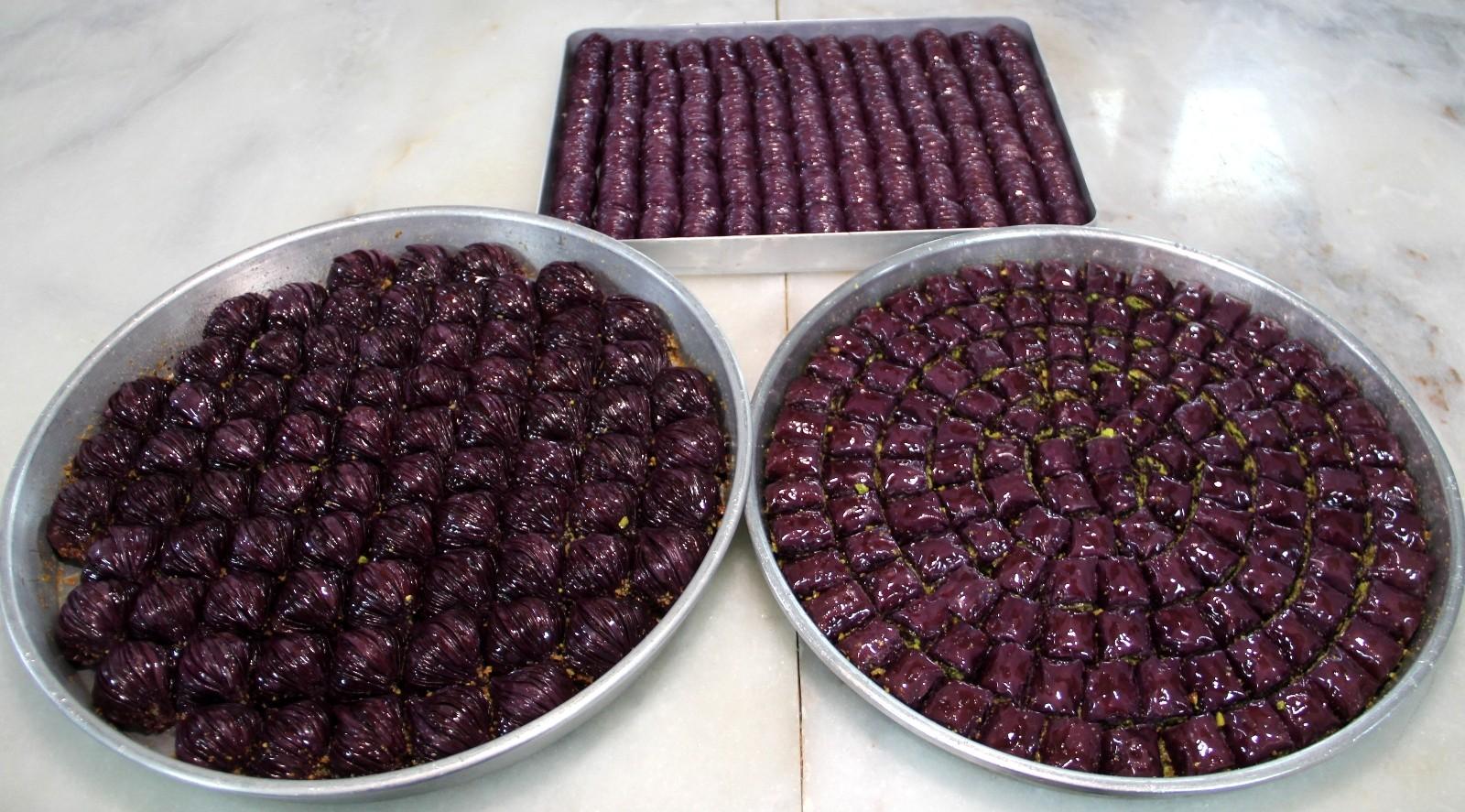 Erzurum'daki baklava ustası, mor baklava siparişlerine yetişemiyor