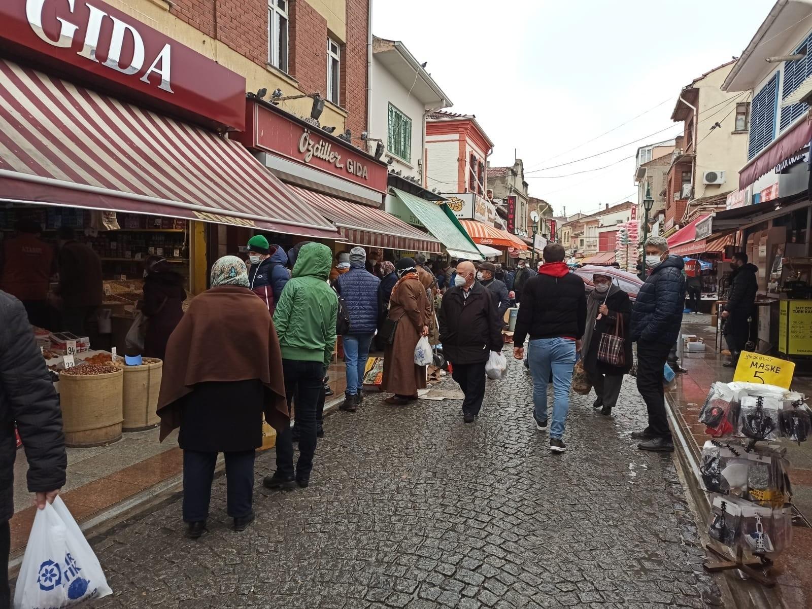 Ramazan için alışveriş yapanlar dükkan önlerinde uzun kuyruklar oluşturdu