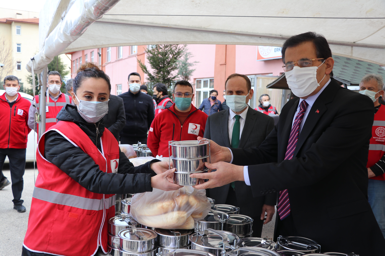 Bolu Valiliği ve Türk Kızılay tarafından ihtiyaç sahibi 750 kişinin evine her gün sıcak yemek