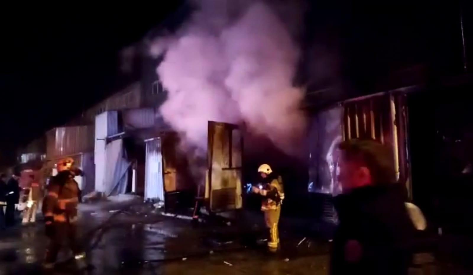 Sahur vakti korkutan olay: Mobilya fabrikası alev alev yandı!