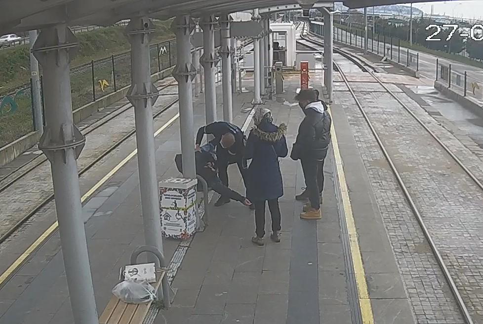 Özel güvenlik, tramvay durağında kalp krizi geçiren gence müdahalede bulundu