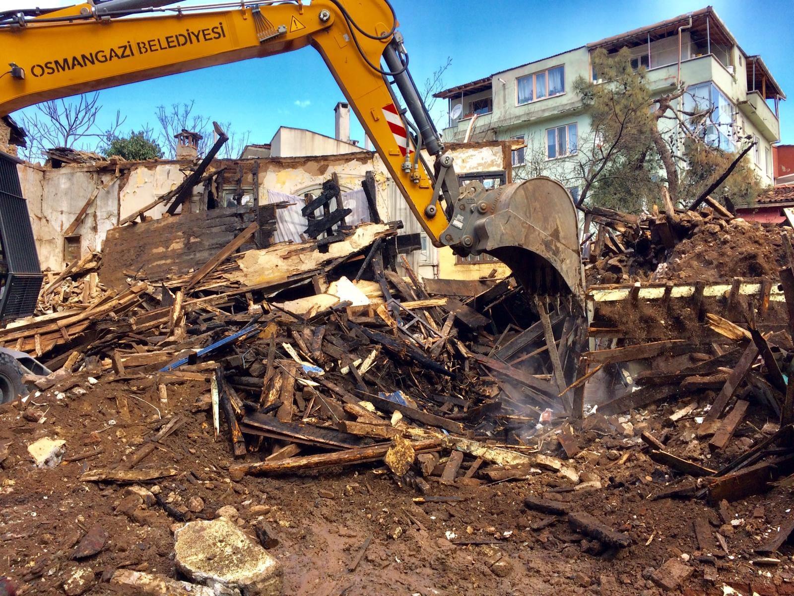 Çıkan yangında çöken bina belediye ekipleri tarafından yıkıldı