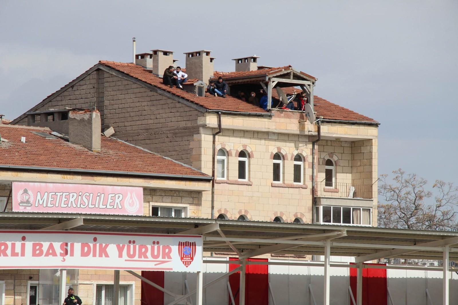 Stada taraftar alınmayınca maçı çatıdan izlediler