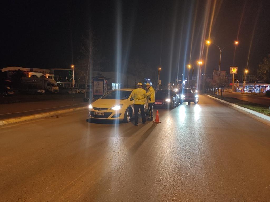 Kısıtlama saatleri değişince Sakarya genelinde polis ekipleri denetimlerini sıklaştırdı.